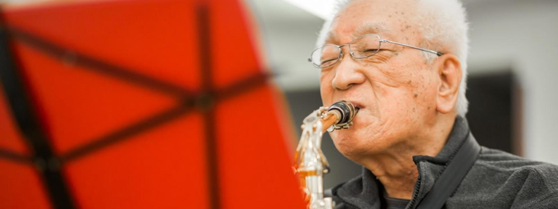 Man play the saxophone.